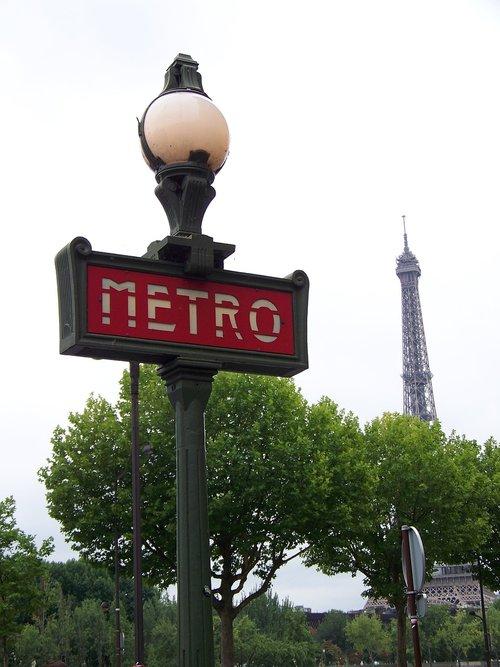 een metrohalte in Parijs